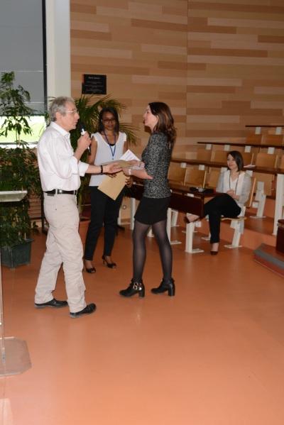 Remise du prix de la meilleure communication jeune chercheur a Caroline Decourt